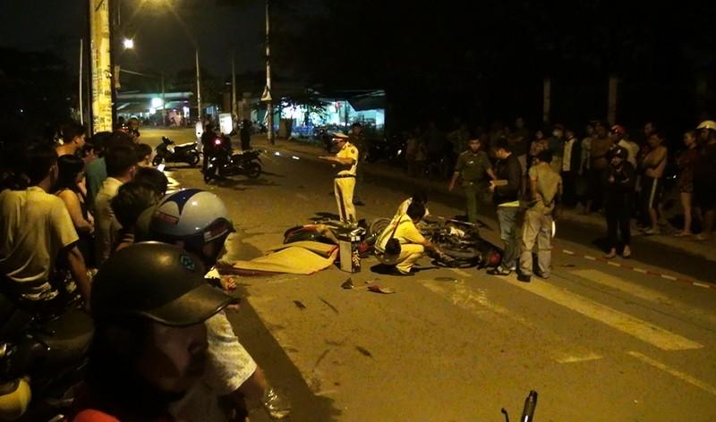 Tông xe máy trong đêm, 3 người thương vong - ảnh 1