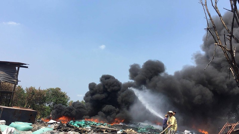 Cháy dữ dội cạnh xưởng phế liệu ở Bình Chánh - ảnh 1