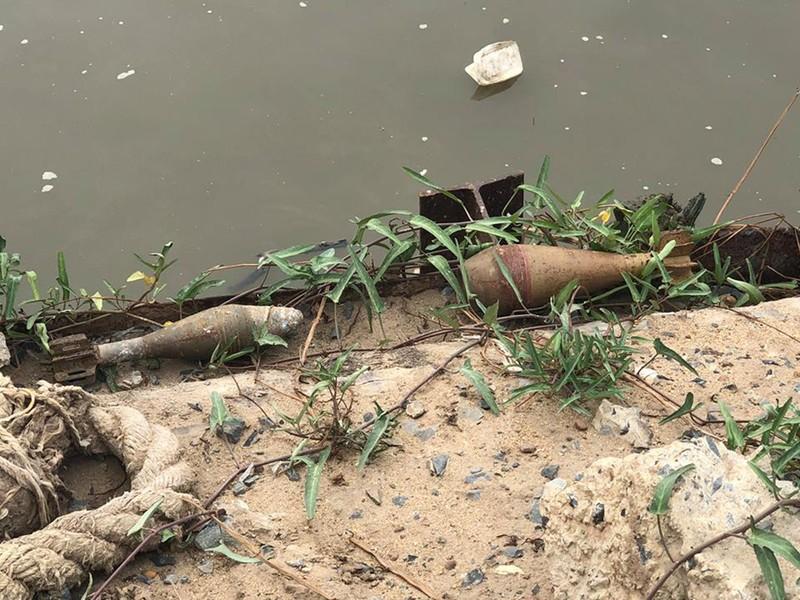 2 quả đạn cối còn nguyên kíp nổ ở ven sông Sài Gòn - ảnh 1