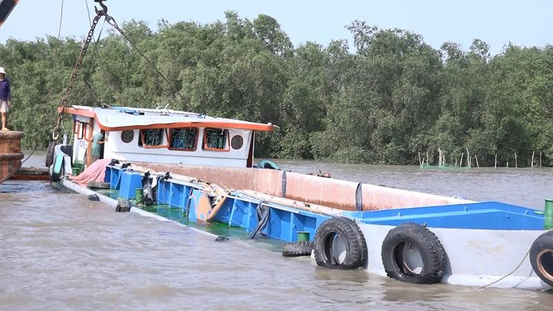 Bốn con tàu vớt sà lan bị chìm trên sông Sài Gòn - ảnh 2