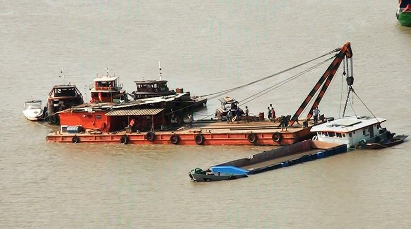 Bốn con tàu vớt sà lan bị chìm trên sông Sài Gòn - ảnh 1