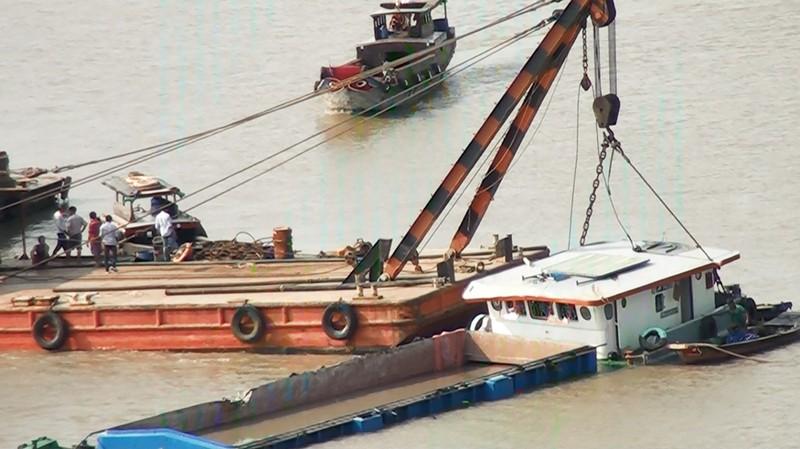 Bốn con tàu vớt sà lan bị chìm trên sông Sài Gòn - ảnh 3