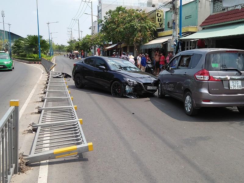 Xế hộp húc văng dải phân cách, tông liên hoàn tại quận Tân Phú - ảnh 1