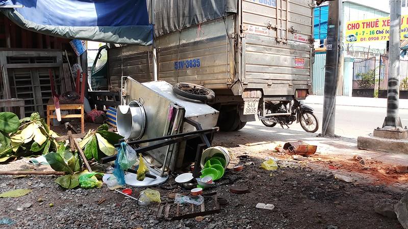 Xe tải lao vào quán ăn ở Thủ Đức, thực khách bỏ chạy - ảnh 1