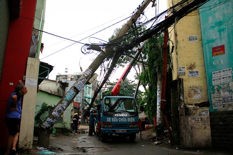 Sập mái nhà, đổ cây, cột điện... sau trận lốc ở Gò Vấp - ảnh 3