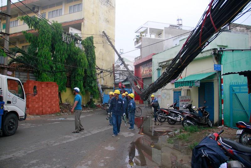 Sập mái nhà, đổ cây, cột điện... sau trận lốc ở Gò Vấp - ảnh 4
