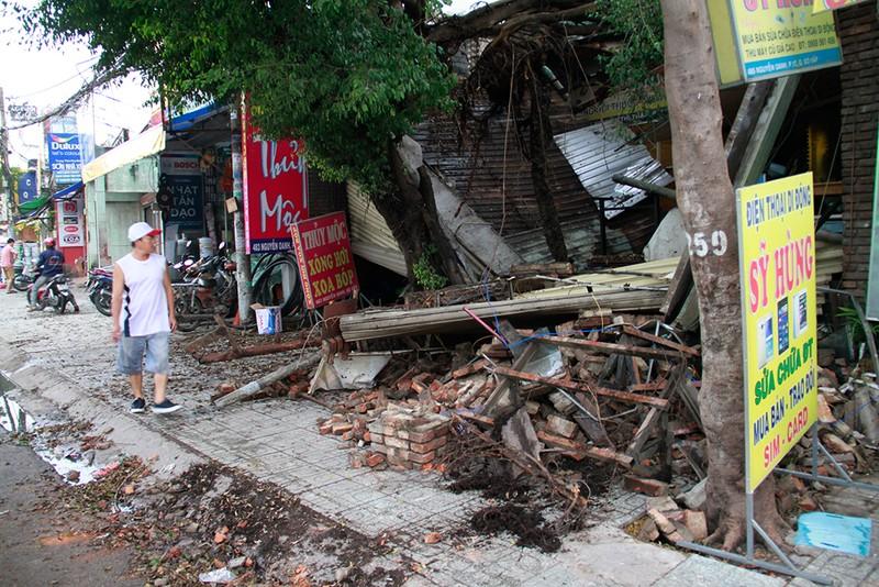 Sập mái nhà, đổ cây, cột điện... sau trận lốc ở Gò Vấp - ảnh 5