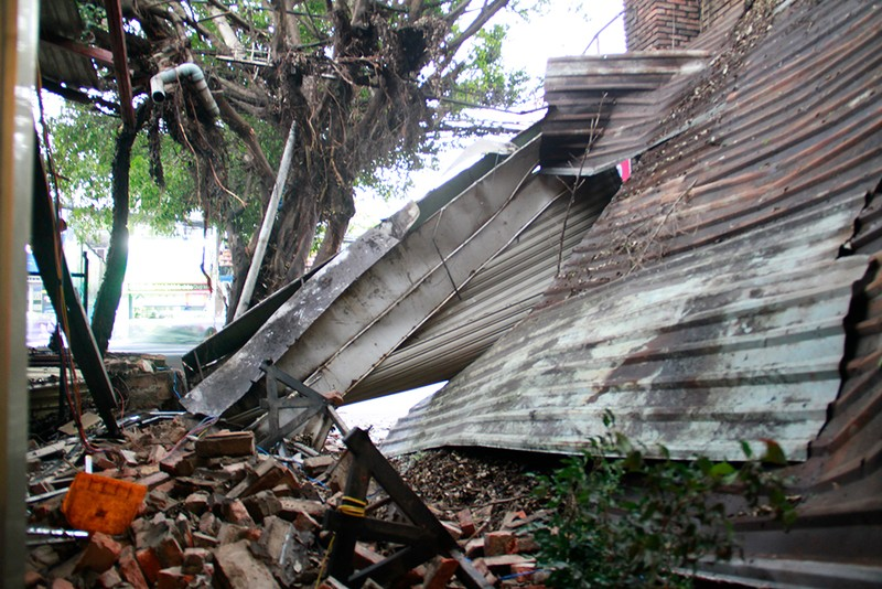 Sập mái nhà, đổ cây, cột điện... sau trận lốc ở Gò Vấp - ảnh 6