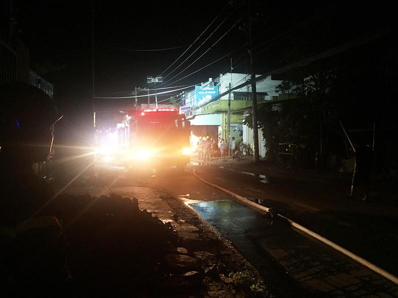Cháy xe máy ở cửa hàng tại Hóc Môn, chồng chết vợ nguy kịch - ảnh 2