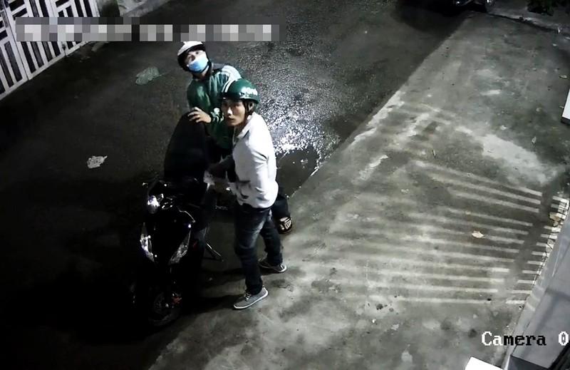 Trộm 'hiên ngang' đi vào khu trọ ở Thủ Đức dắt trộm Exciter  - ảnh 1
