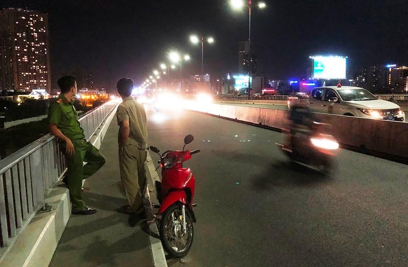 Thanh niên bỏ lại xe máy, nhảy cầu Sài Gòn mất tích trong đêm - ảnh 1