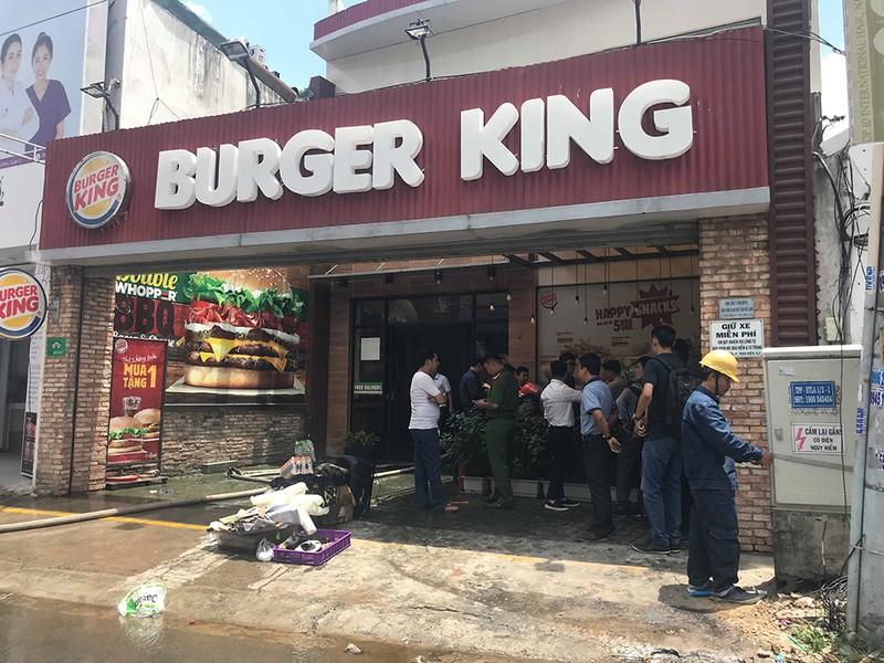 Cháy dữ dội ở Burger King, nhiều người hoảng loạn tháo chạy - ảnh 1