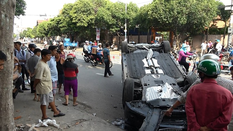 Ô tô lao lên vỉa hè, hất văng người đàn ông ở quận Tân Phú - ảnh 2