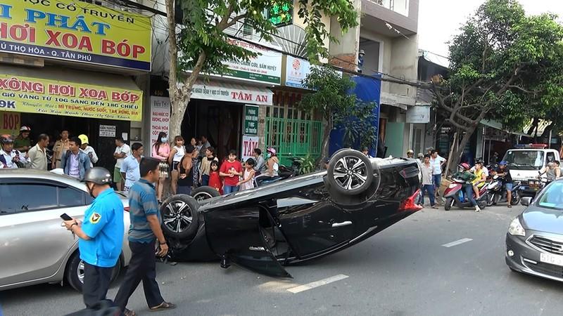 Ô tô lao lên vỉa hè, hất văng người đàn ông ở quận Tân Phú - ảnh 3