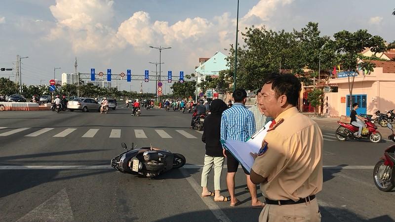 Lùi cán 3 xe máy, ô tô tiếp tục tông người truy đuổi - ảnh 2