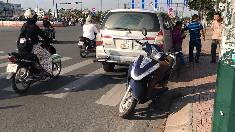 Lùi cán 3 xe máy, ô tô tiếp tục tông người truy đuổi - ảnh 1