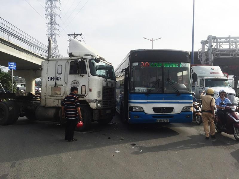 Xe buýt bị xe container tông trên xa lộ Hà Nội  - ảnh 1