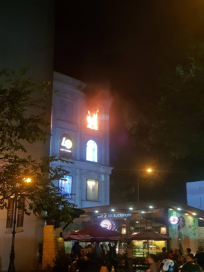 Cháy ở Diamond Plaza quận 1, nhiều người hoảng loạn tháo chạy  - ảnh 1