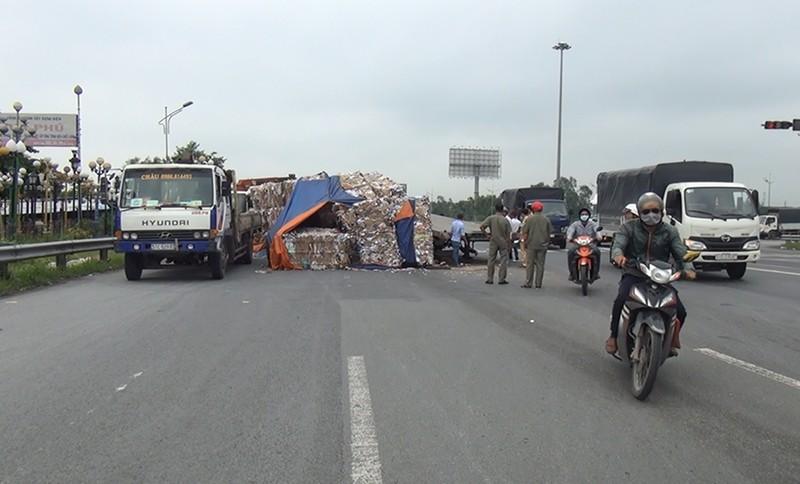 Lật xe đầu kéo, nhiều tấn giấy vụn đổ ra đường dẫn cao tốc - ảnh 1
