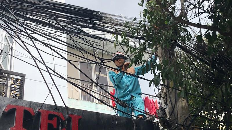Cháy trụ điện gần sân bay Tân Sơn Nhất, cả quán ăn tháo chạy - ảnh 1