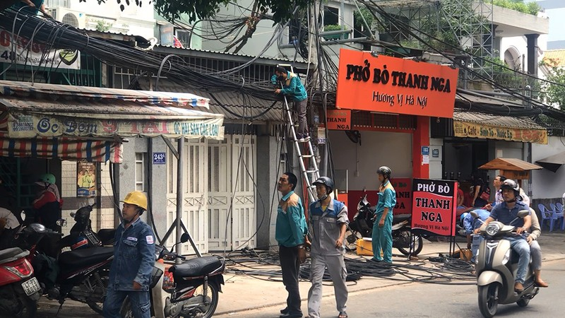 Cháy trụ điện gần sân bay Tân Sơn Nhất, cả quán ăn tháo chạy - ảnh 2