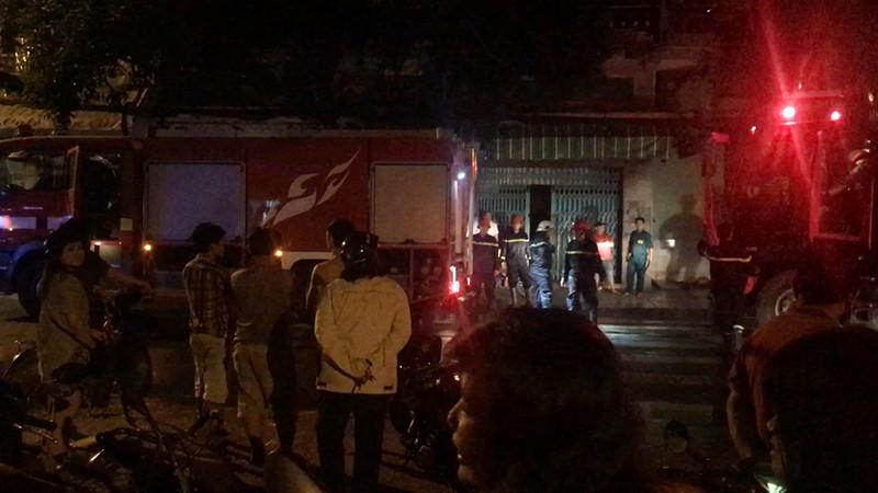 3 người mắc kẹt trong căn nhà bị cháy ở quận 5 - ảnh 1