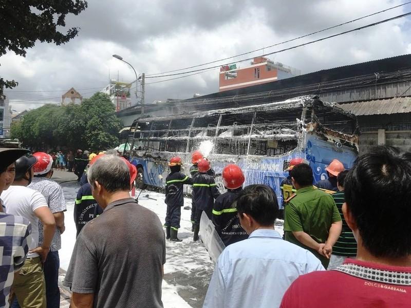 Xe khách cháy ngùn ngụt ở Tân Phú, người dân náo loạn - ảnh 1