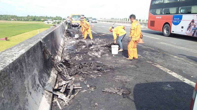 Ô tô khách tông container bị cháy trên cao tốc - ảnh 2