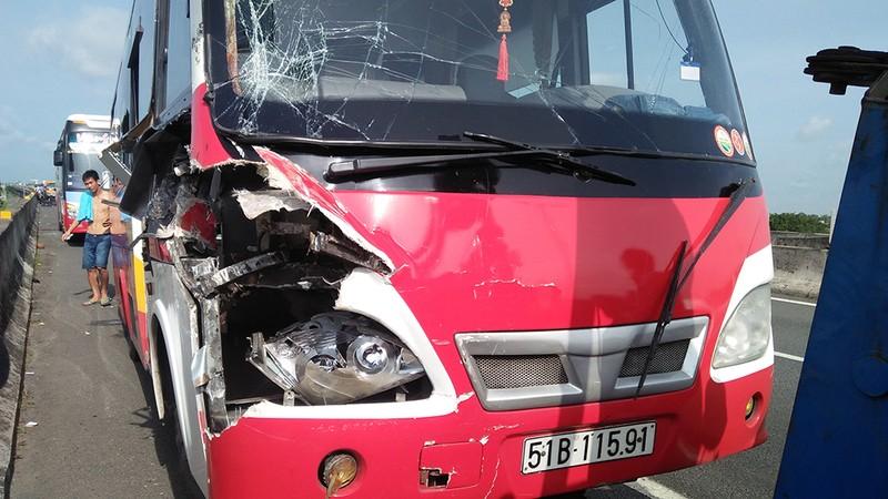 Ô tô khách tông container bị cháy trên cao tốc - ảnh 1