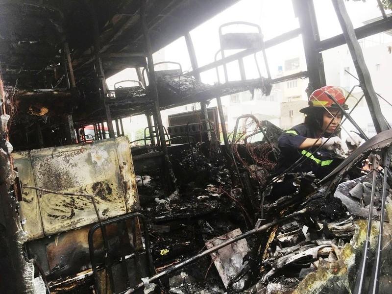Xe khách cháy ngùn ngụt ở Tân Phú, người dân náo loạn - ảnh 3