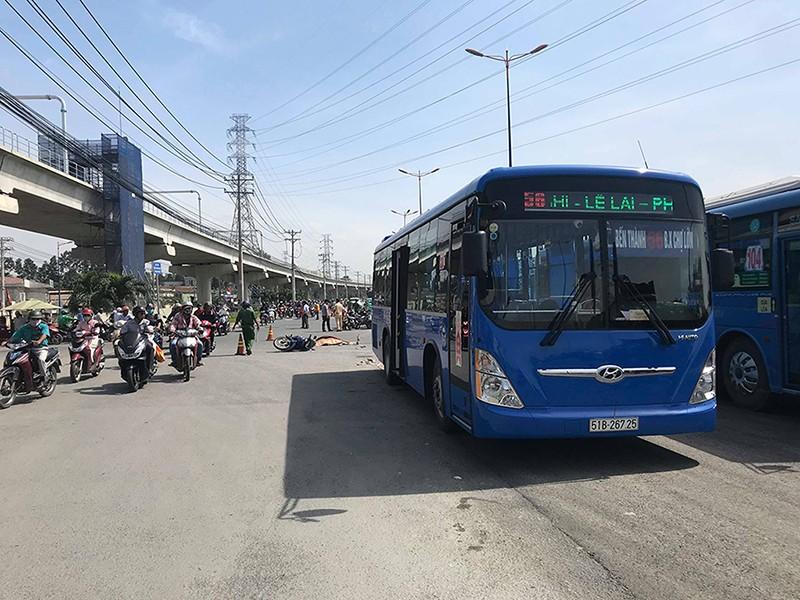 Xe buýt cán tử vong 1 phụ nữ ở xa lộ Hà Nội - ảnh 1