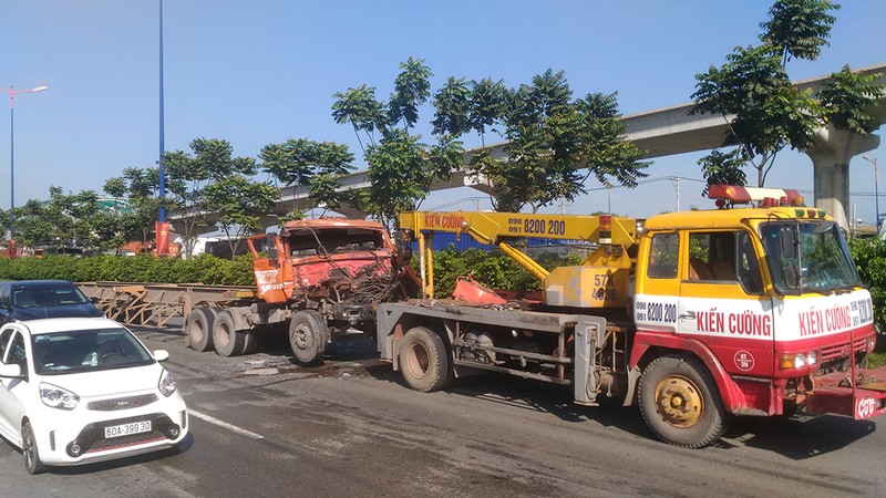 Liên tục va chạm trên xa lộ Hà Nội, giao thông kẹt cứng - ảnh 3