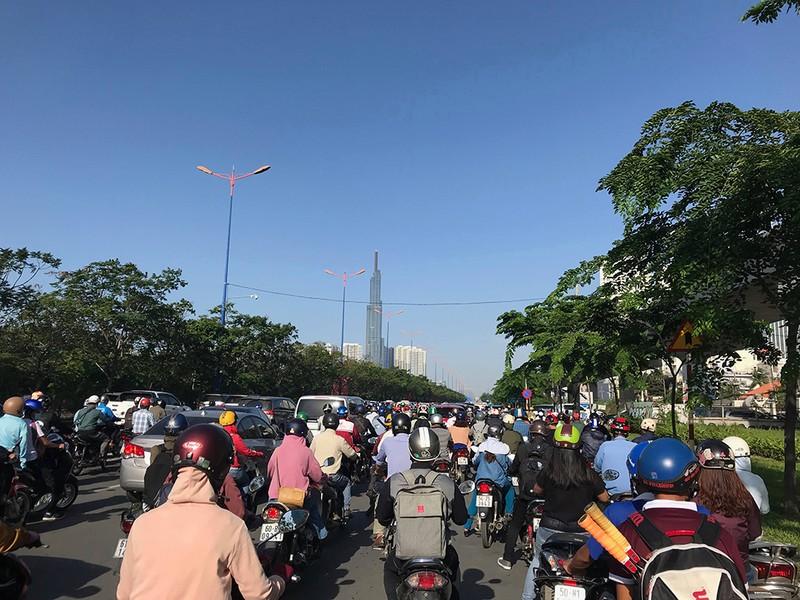 Liên tục va chạm trên xa lộ Hà Nội, giao thông kẹt cứng - ảnh 2