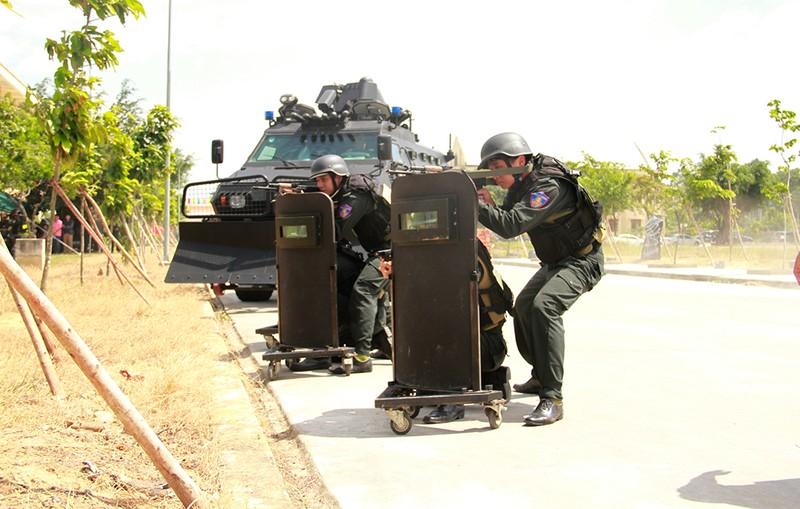 Hàng trăm cảnh sát giải cứu con tin trong tình huống giả định - ảnh 3