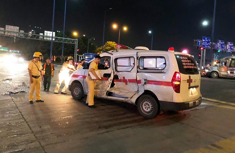 Xe cấp cứu bị container tông bẹp dúm ở quận 2 - ảnh 1