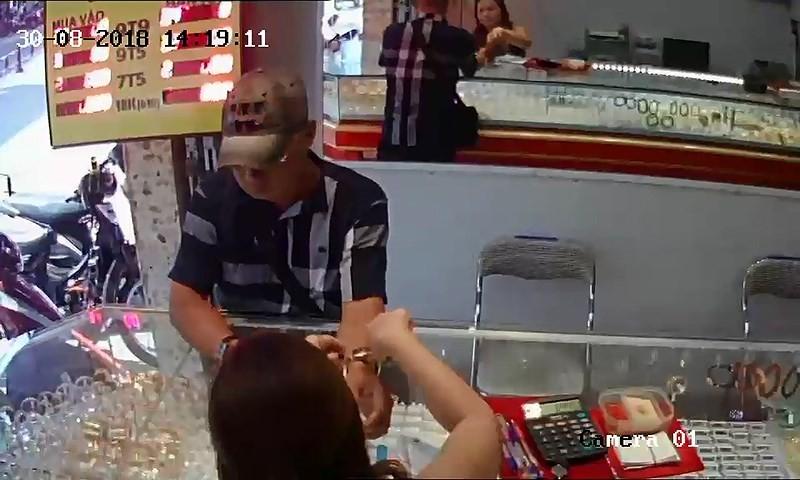 Mang USD đến tiệm vàng ở TP.HCM vờ mua rồi giật chạy  - ảnh 1