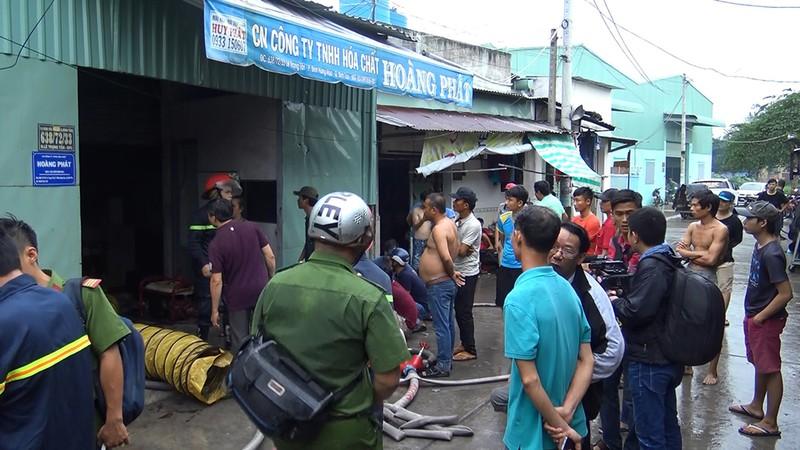 Bình Tân: Cháy dữ dội kho công ty hóa chất giữa khu dân cư - ảnh 1