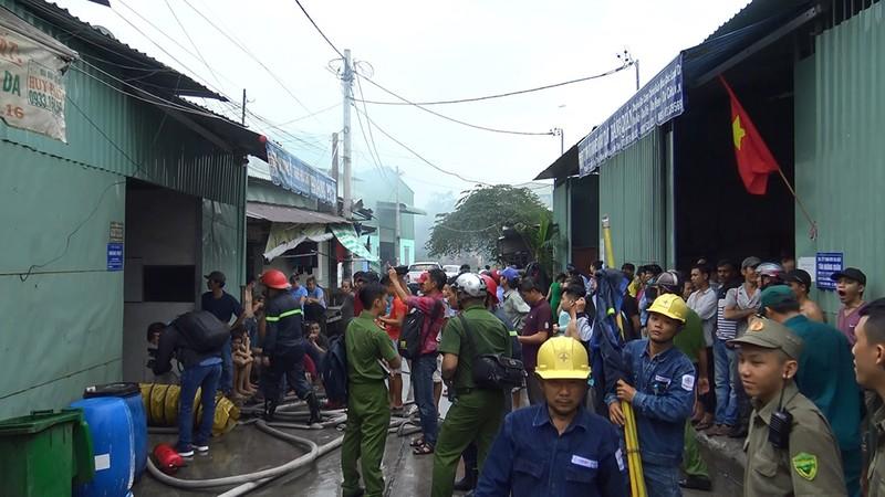 Bình Tân: Cháy dữ dội kho công ty hóa chất giữa khu dân cư - ảnh 2