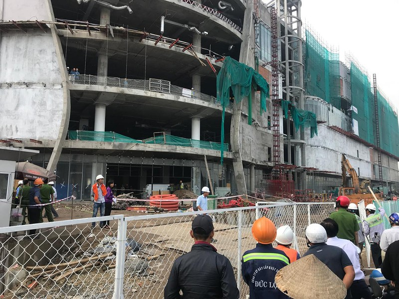 Nhiều người rơi từ tầng 4 công trình trên đường Phạm Văn Đồng - ảnh 1