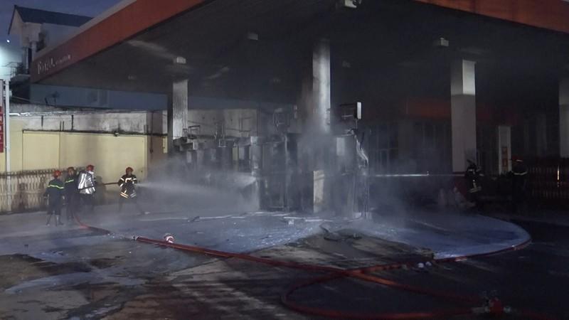 Cây xăng ở quận 12 cháy dữ dội, dân tháo chạy - ảnh 2