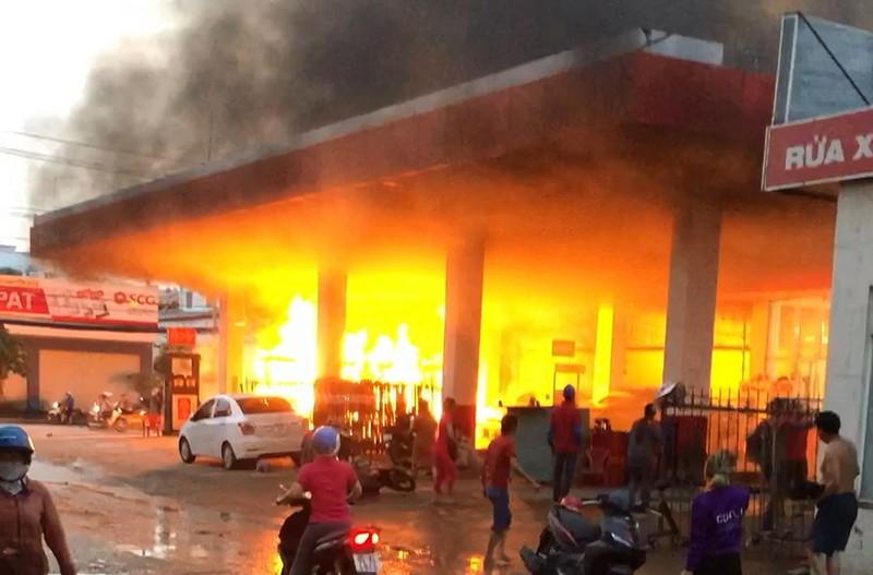 Cây xăng ở quận 12 cháy dữ dội, dân tháo chạy - ảnh 1