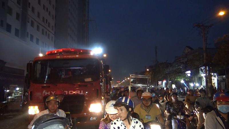 Cây xăng ở quận 12 cháy dữ dội, dân tháo chạy - ảnh 4