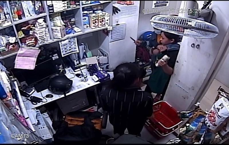 Camera ghi cảnh cướp tấn công nhân viên siêu thị ở quận 2 - ảnh 1
