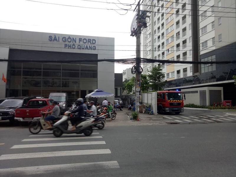 Cháy nhà kho sau đại lý ô tô gần Tân Sơn Nhất - ảnh 1