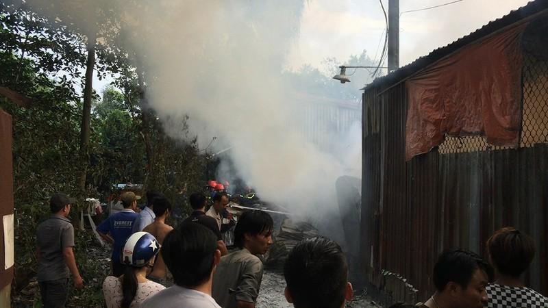 Cháy dữ dội xưởng keo và xưởng gỗ tại Bình Tân - ảnh 2