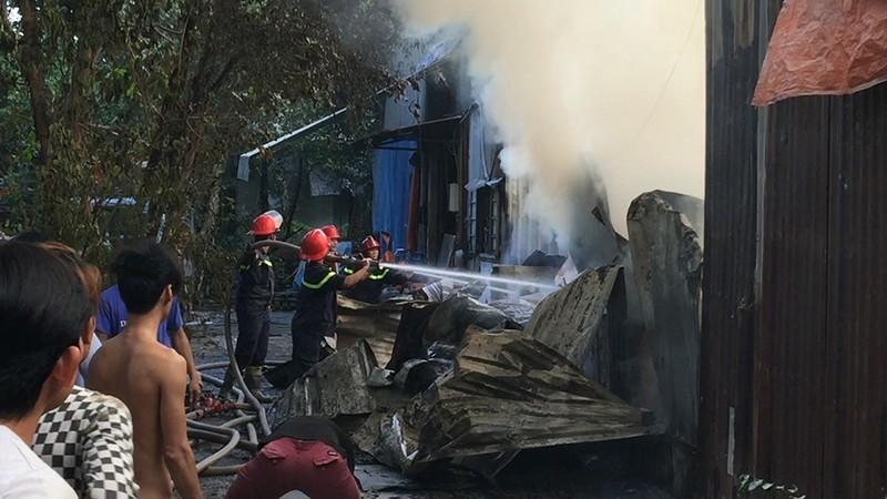 Cháy dữ dội xưởng keo và xưởng gỗ tại Bình Tân - ảnh 1
