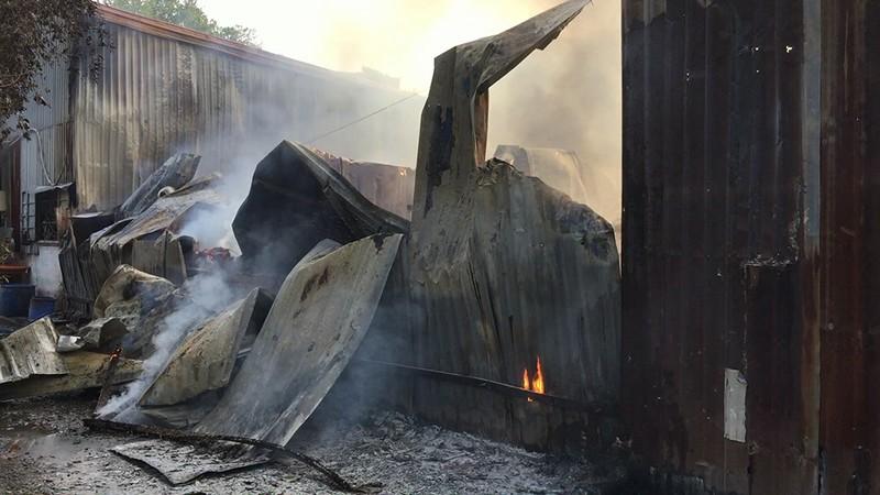 Cháy dữ dội xưởng keo và xưởng gỗ tại Bình Tân - ảnh 3