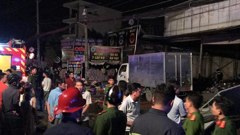 Dập đám cháy dữ dội ở cửa hàng, 1 cảnh sát bị thương - ảnh 1