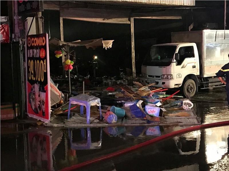 Dập đám cháy dữ dội ở cửa hàng, 1 cảnh sát bị thương - ảnh 2