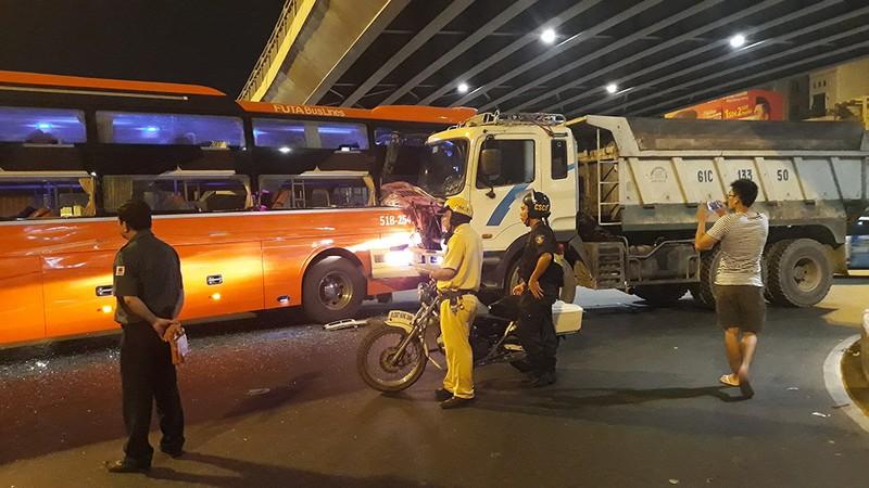 2 ô tô tông nhau ở Hàng Xanh, người trên xe khách hoảng loạn - ảnh 1